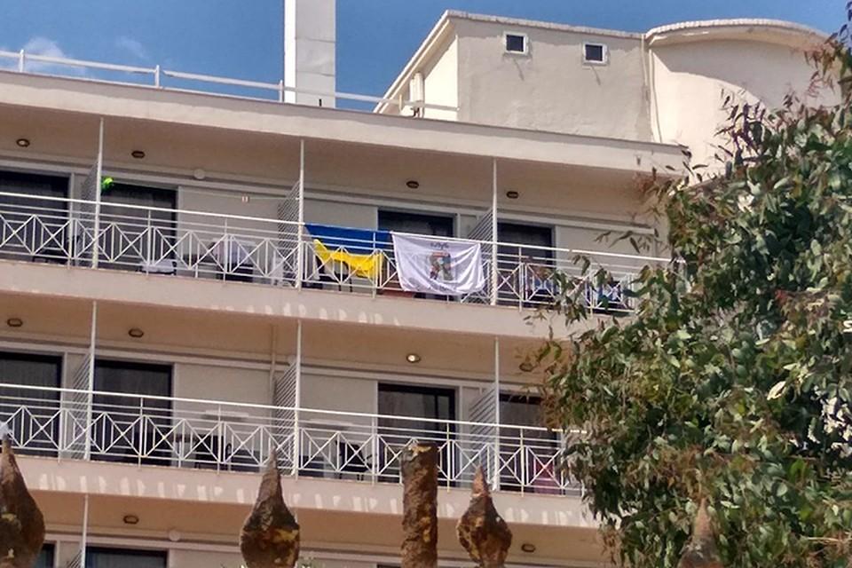 Постояльцы пожаловались хозяевам, что вывешенные флаги ассоциируются у них с фашизмом