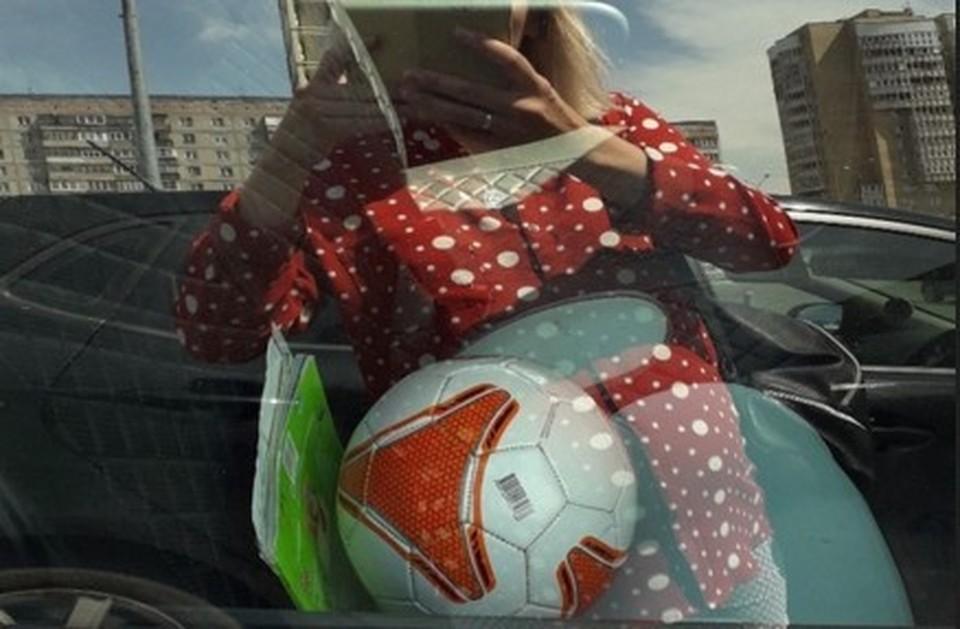 Украденный мяч в салоне машины. Фото: Ирина Истоминова.
