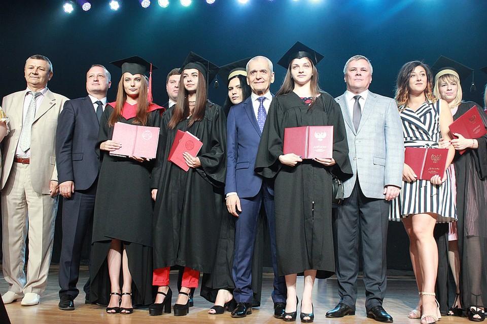 Геннадий Онищенко вручил донецким выпускникам дипломы