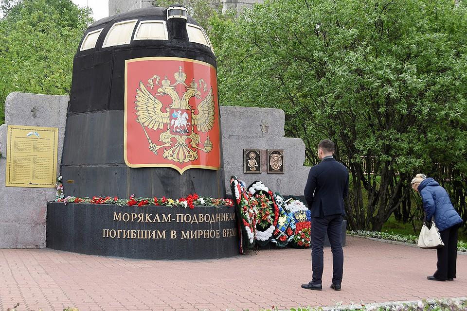 У памятника погибшим морякам-подводникам в Мурманске.
