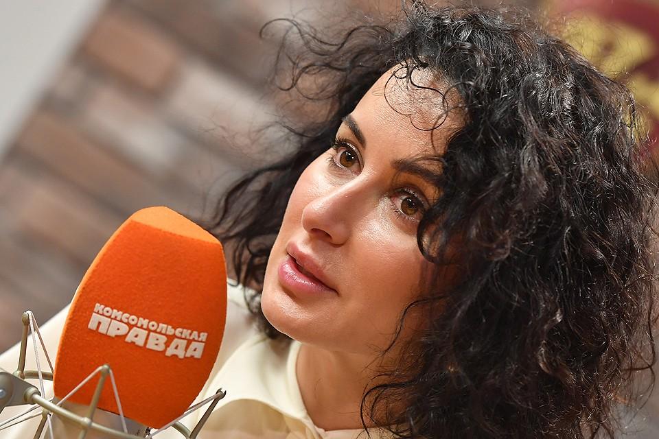 """Тина Канделаки в студии радиостанции """"Комсомольская правда""""."""