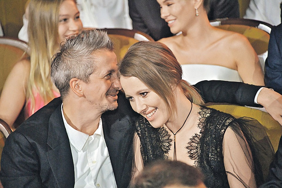Рядом с режиссером Константином Богомоловым Ксения выглядит счастливой.