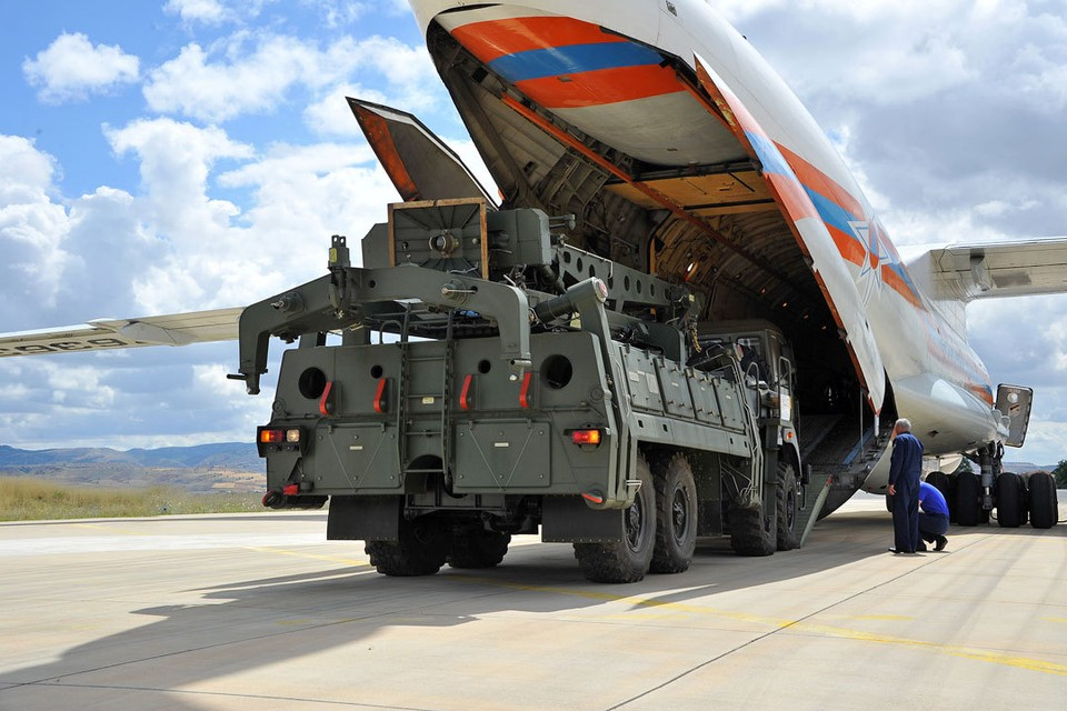 Первые российские зенитные ракетные системы С-400 уже прибыли в Анкару.