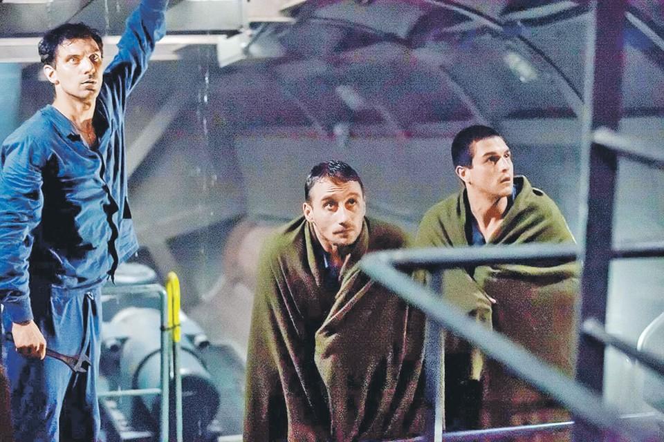 Морякам «Курска», запертым в подводной ловушке, остается надеяться только на чудо. Фото: Кадр из фильма