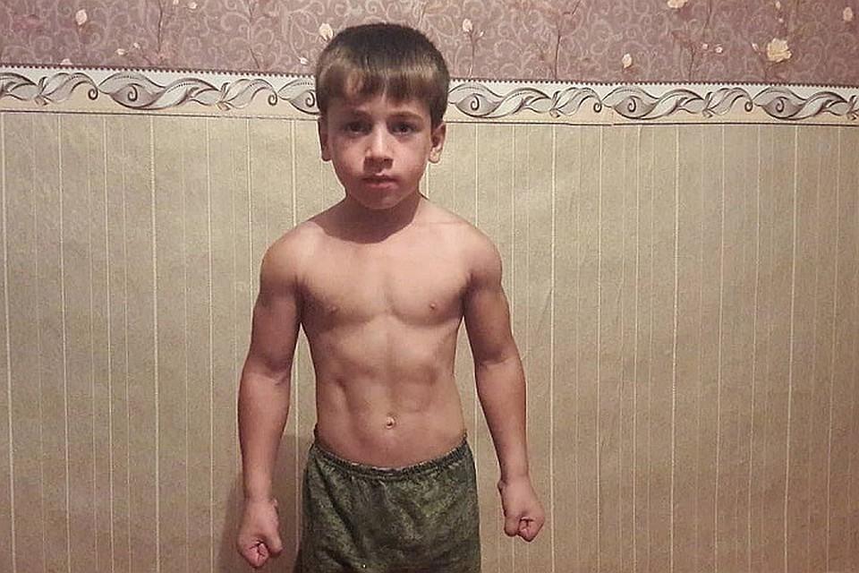 """6-летний """"чеченский Шварценеггер"""" перебил мировой рекорд силача из Ингушетии в отжимании"""