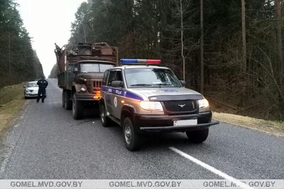 Во время погони инспекторы прострелили колесо и радиатор, чтобы остановить груженый ЗИЛ. Фото: УВД Гомельского облисполкома.