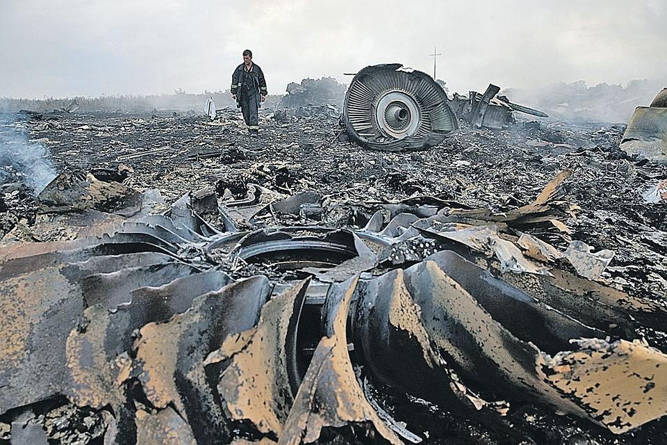 Обломки самолета собрали сразу и вывезли в Нидерланды, а фрагменты тел погибших в районе падения лайнера находят до сих пор.