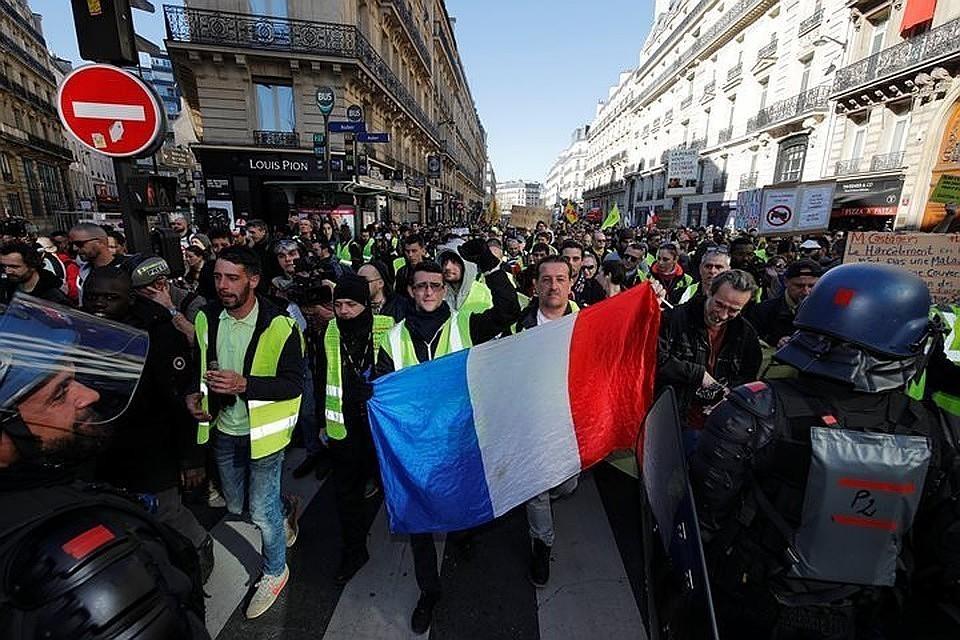 Во Франции в стычке с «желтыми жилетами» пострадали трое полицейских