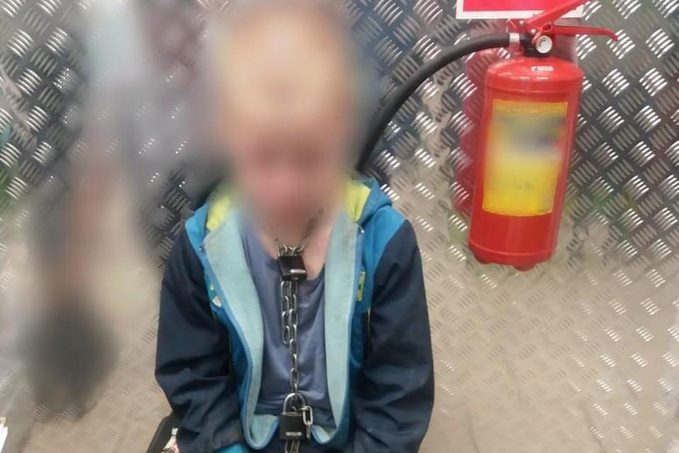 10-летнего Сашу отец посадил на цепь. Фото: полиция Белореченского района
