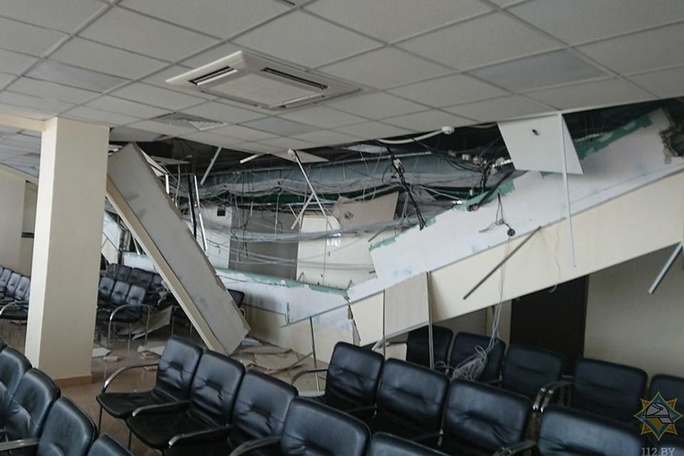 В помещении визового центра Литвы рухнул потолок. Фото: 112.by.