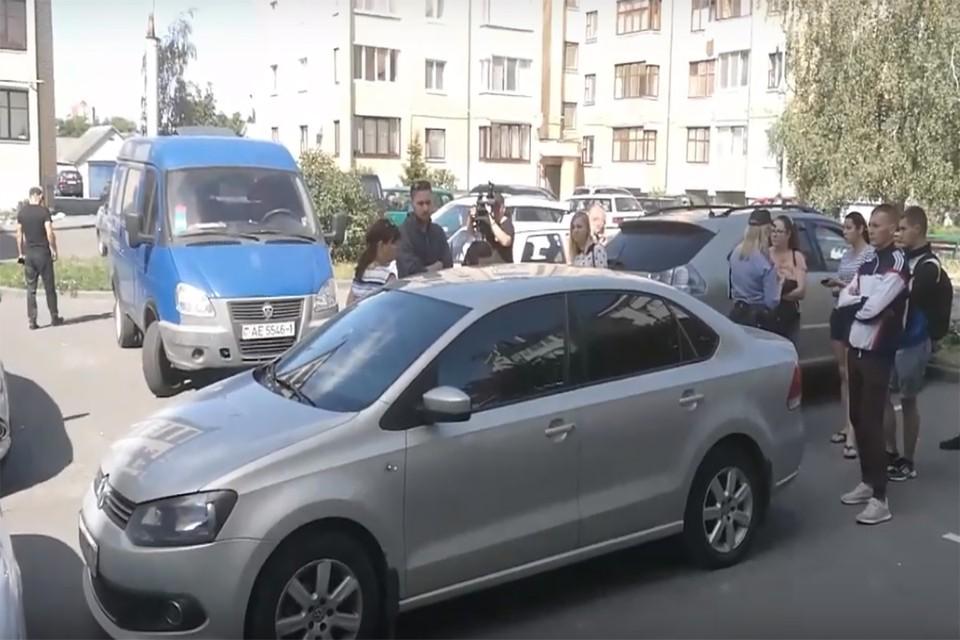 Ребенок провел ночь в этой машине с тонированными стеклами. Фото: скриншот видео «Народный репортер»