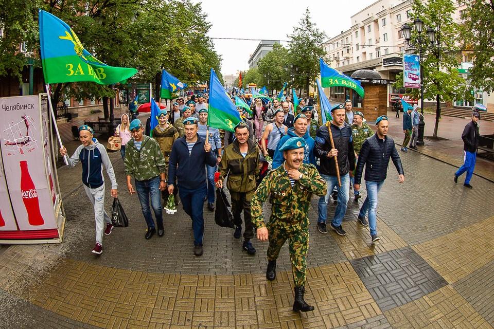 Десантники прошли маршем по Кировке.
