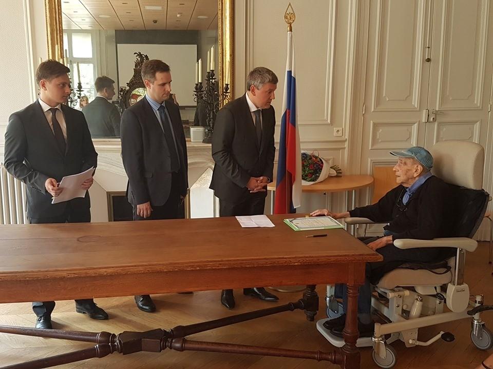 Известный русский француз получил паспорт РФ. Фото: Посольство России во Франции