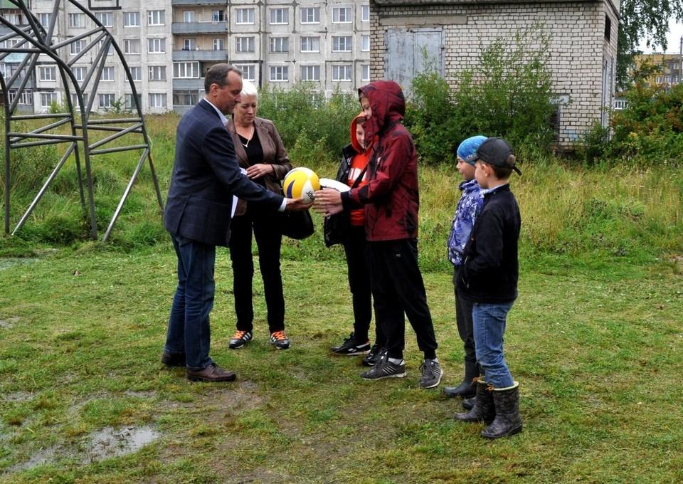 """Фото: Вконтакте. Ребята из микрорайона """"Новый завод"""" получили волейбольную сетку и мяч."""