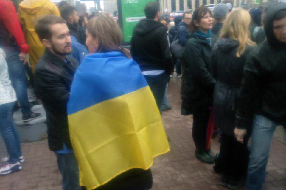 На митинг в Москве группа людей пришла с флагом Украины