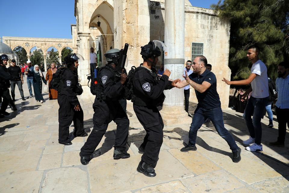 Около 100 палестинцев пострадали в стычках с полицией в Иерусалиме