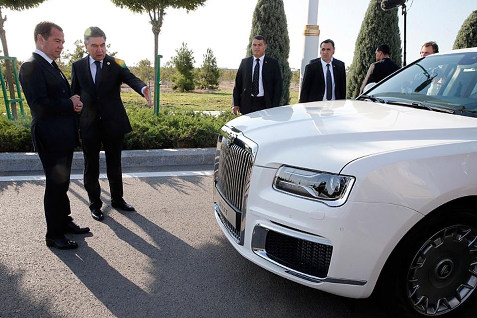 Бердымухамедов увидел специально собранный для этого форума лимузин цвета lustre white, и машина ему очень понравилась. Фото: Дмитрий Астахов/POOL/ТАСС