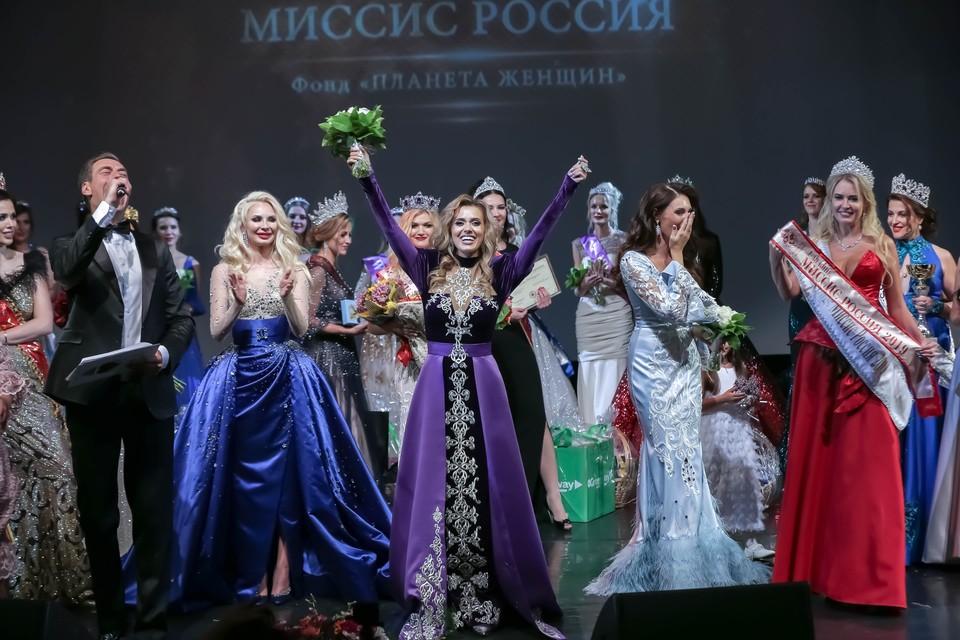Анна Митрофанова (в центре) - мать троих прекрасных детишек