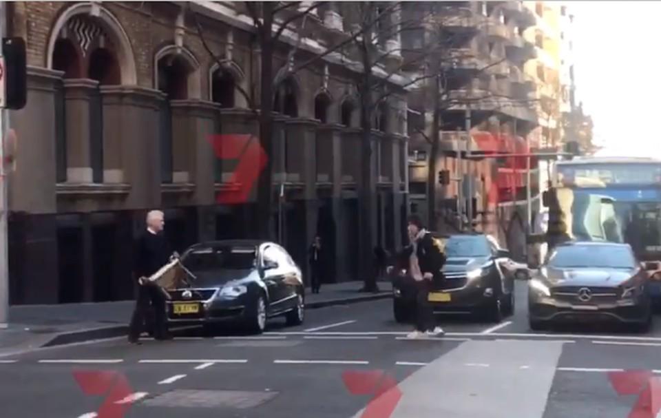 В центре Сиднея мужчина с мачете напал на прохожих