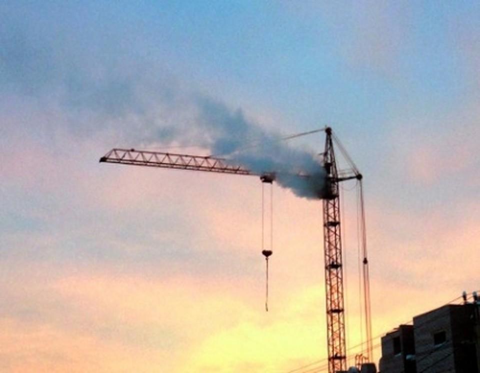 Башенный кран загорелся в Челябинской области.