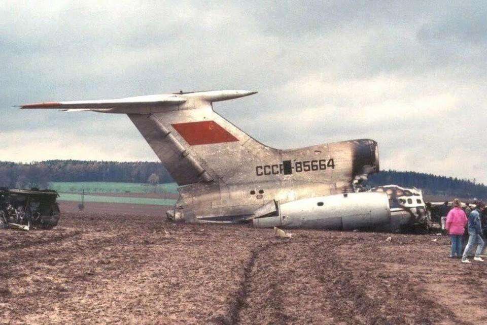 17 ноября 1990 г из швейцарского Базеля в Москву вылетел Ту-154 с 17 тоннами американских сигарет. Бортовой номер 85664. На высоте 10 тысяч метров начался пожар на борту17 ноября 1990 г из швейцарского Базеля в Москву вылетел Ту-154 с 17 тоннами американских сигарет. Бортовой номер 85664. На высоте 10 тысяч метров начался пожар на борту.
