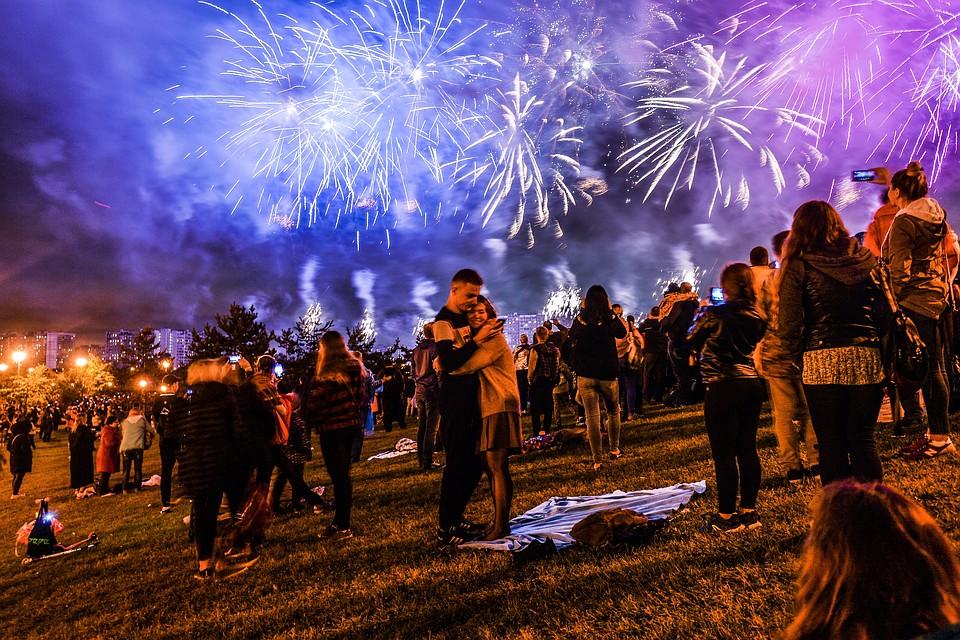 Дракон и огненные цветы в московском небе: Самые яркие фото с открытия фестиваля фейерверков в Братеево