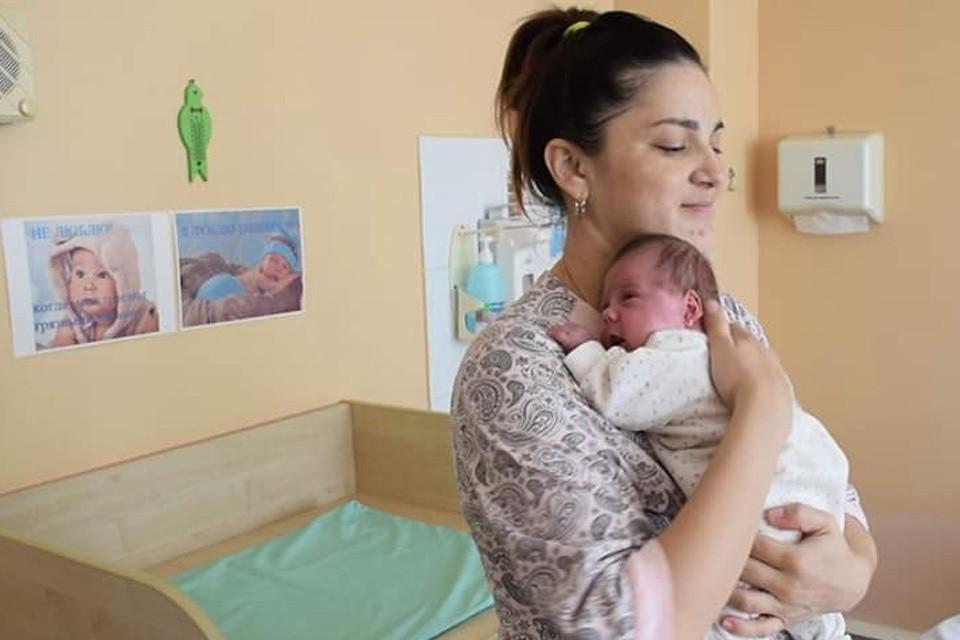 Лилия Коновалова родила близнецов с разницей в 2,5 месяца. Фото: Облздрав Уральск
