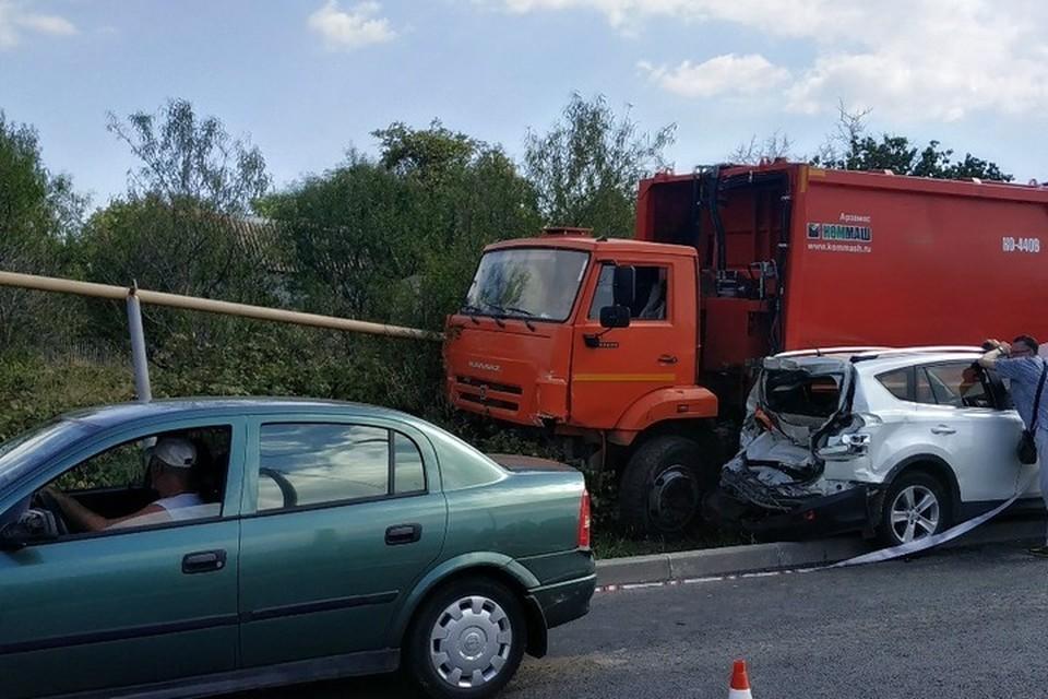 Грузовик столкнул с дороги более десятка машин и повредил газопровод. Фото: соцсети