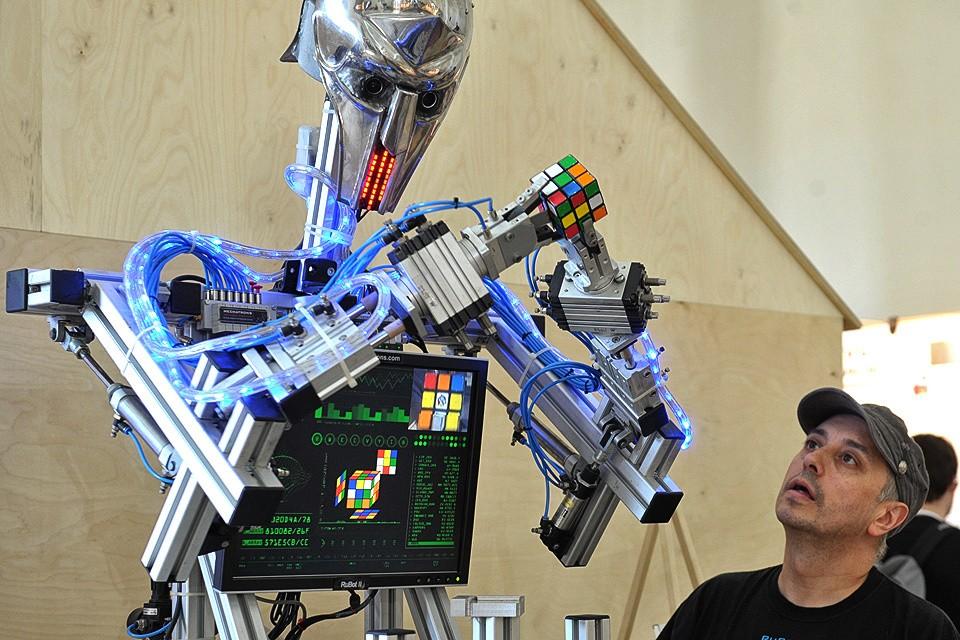 Робот Патрик на выставке `Робостанция` на ВДНХ в Москве.