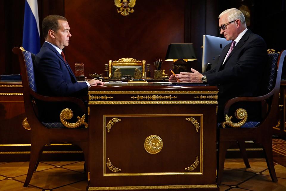 По словам Медведева, при переходе на «четырехдневку» нужно учесть все нюансы, связанные с запросами как работника, так и работодателя. Фото: Дмитрий Астахов/POOL/ТАСС
