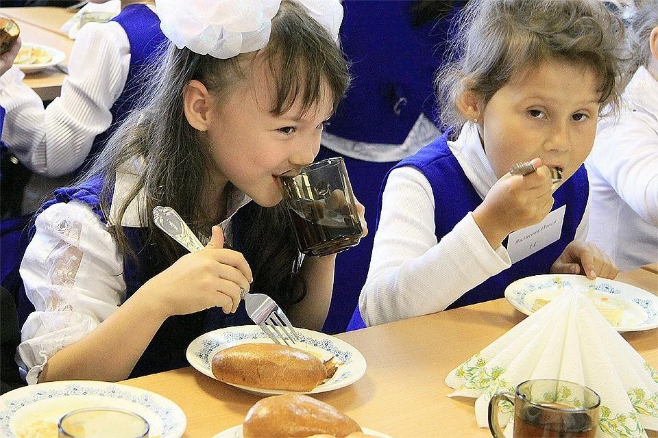 Нарушения питания были выявлены более чем в трех тысячах школ