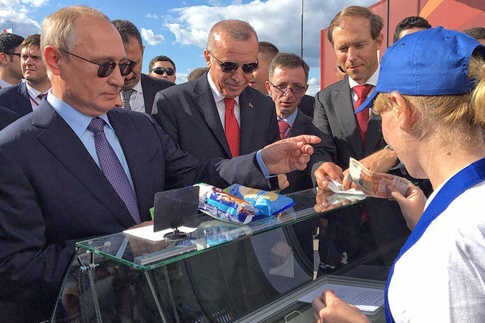 Владимир Путин угостил мороженым высокого гостя из Турции - президента Эрдогана. Фото Анастасия Савиных/ТАСС