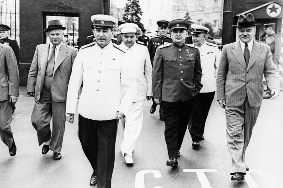 Лаврентия Берию (справа от Сталина) расстреляли 24 декабря 1953 года. После этого его семья попала в опалу. Фото: РИА Новости