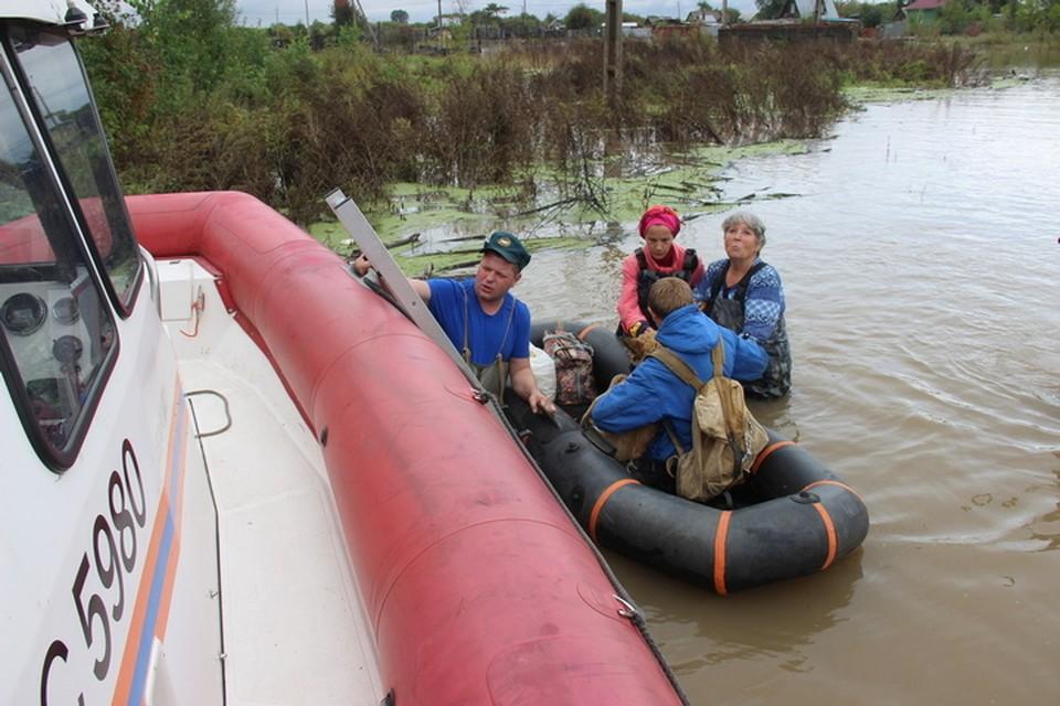 Желающих пересидеть потоп на островах все меньше: Хабаровских дачников потихоньку вывозят на большую землю