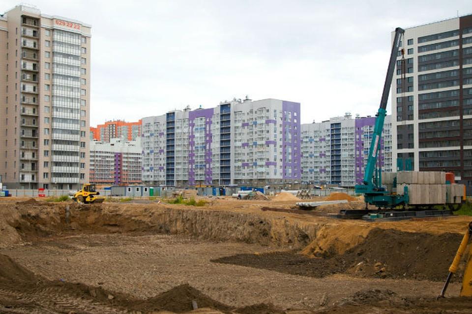 Меньше, чем через полтора года на месте стройплощадки появится большая новая школа. Фото предоставлено пресс-службой компании «Лидер Групп».