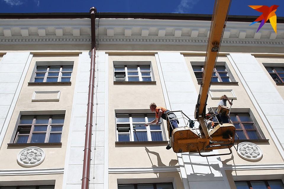 Власти сочли, что некоторые конструкции на фасадах не вписываются в облик города и могут быть опасны для людей.