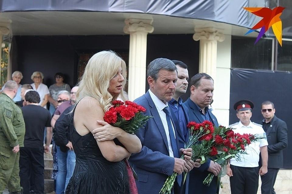 """Перед концертом-реквиемом Валентина Лисица возложила цветы у """"Сепара""""."""