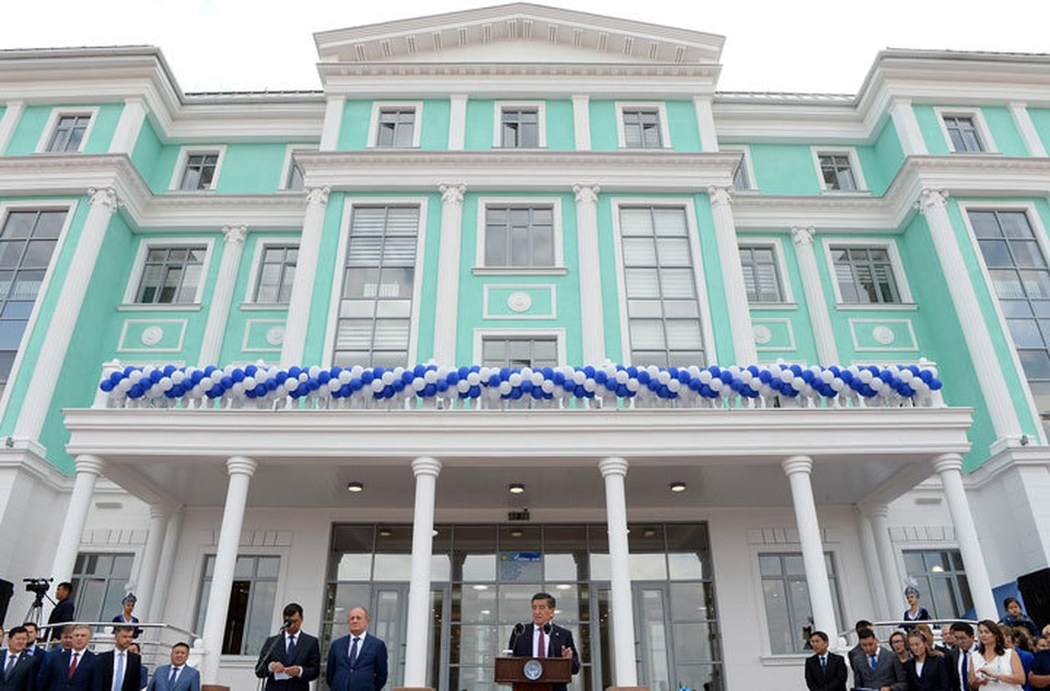 На церемонию открытия школы «Газпрома» приехал Сооронбай Жээнбеков.