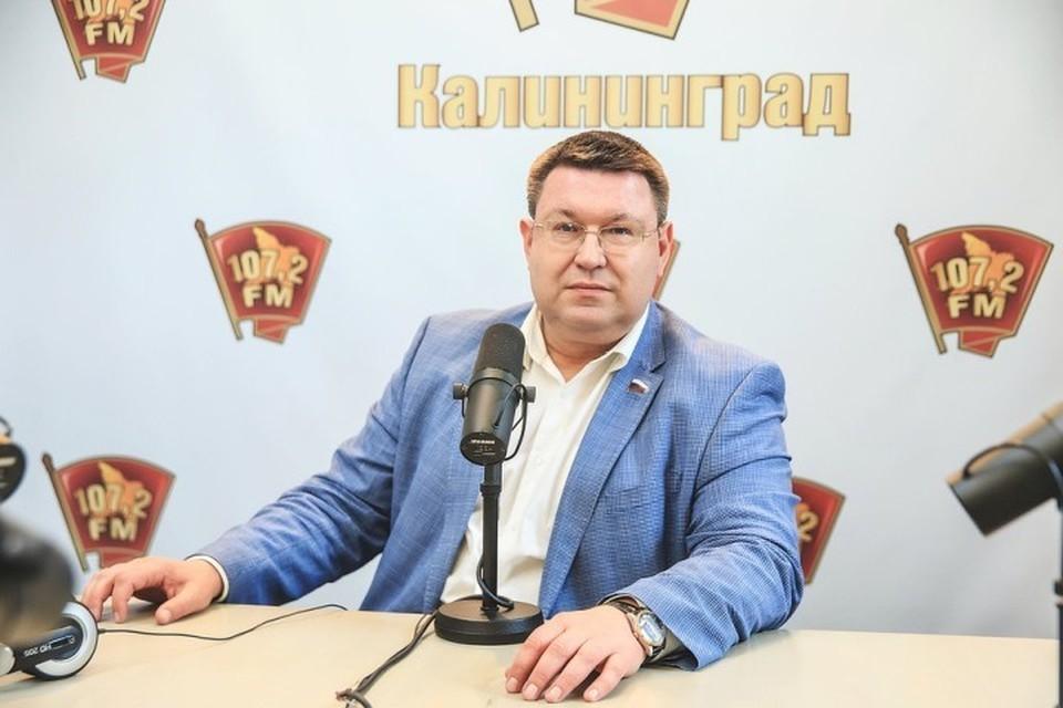 """Александр Пятикоп в студии радио """"Комсомольская правда""""."""
