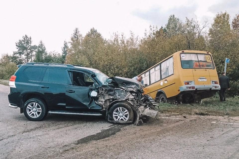 Водитель внедорожника попытался обогнать автобус, когда тот начал поворачивать. Фото: СУ СКР Чувашии