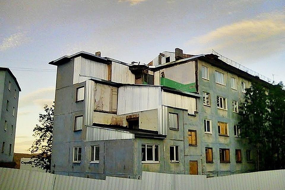 """Так выглядит сейчас дом на улице Свердлова - первый подъезд закрыт металлическими листами. Фото: портал """"Медуза"""" (meduza.io)"""
