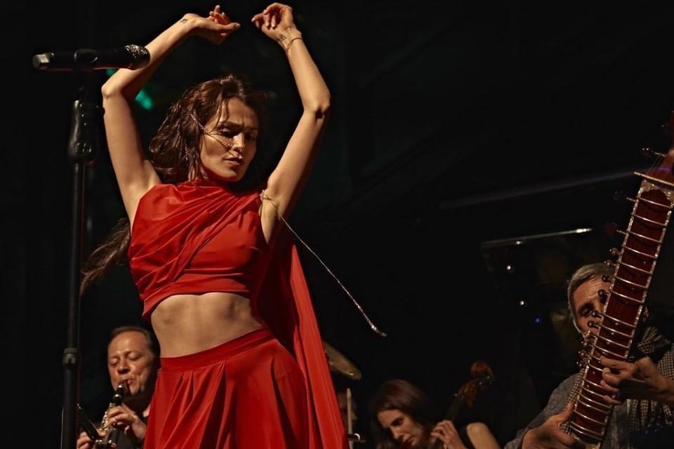 Сати Казанова всё больше напоминает персидскую принцессу