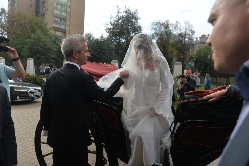 На невесте платье цвета шампань от израильского дизайнера за 700 тысяч рублей. Фото: Дмитрий СЕРГЕЕВ