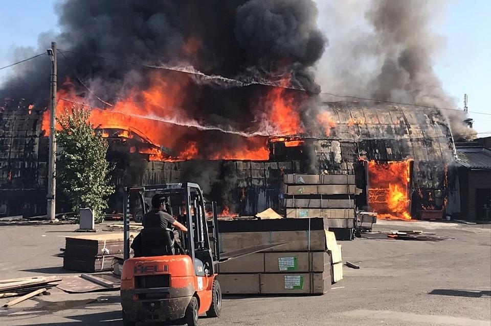 «Обрушилась крыша, слышны взрывы»: в Красноярске полыхнуло здание склада.