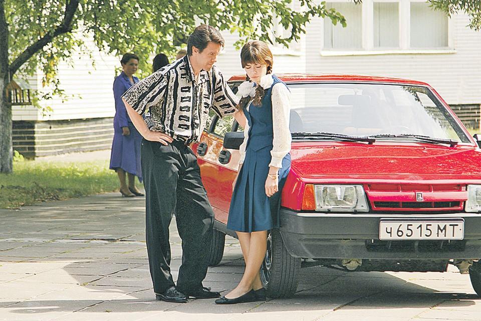 Главная героиня (Александра Власова) и один из мужчин, определяющих ее непростую жизнь (Сергей Перегудов). Фото: Киностудия КИТ
