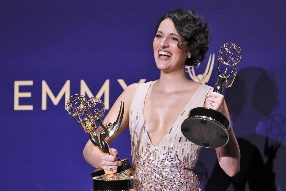 Актриса Фиби Уоллер-Бридж позирует с наградой за лучшую роль в комедийном сериале.
