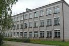 «Тазики не подставляем»: директор Лузской школы помогал рабочим чинить крышу учреждения
