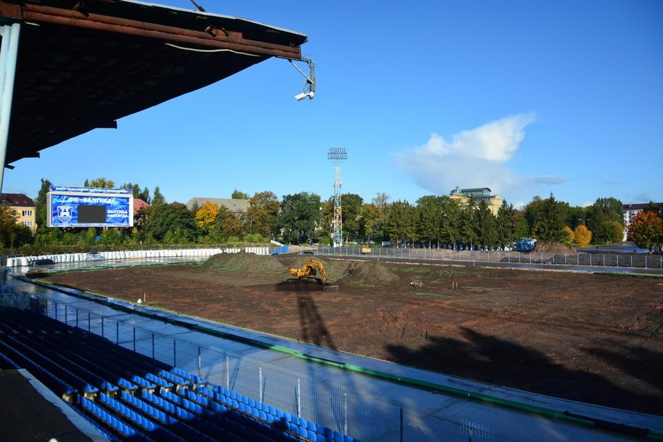 Вот так сегодня выглядит футбольное поле. Это временно. Скоро его покроют искусственным газоном.