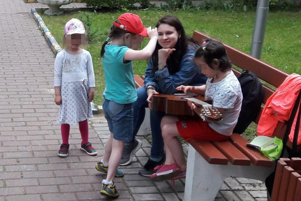"""Волонтеры с детьми играют, поют и просто общаются Фото: предоставлено движением """"Даниловцы"""""""