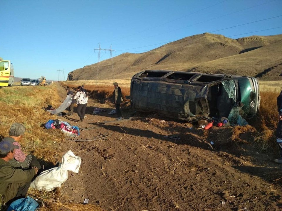 В ДТП с перевернувшимся автобусом в Туве пострадали 14 человек. Фото: пресс-служба ГИБДД по РТ.